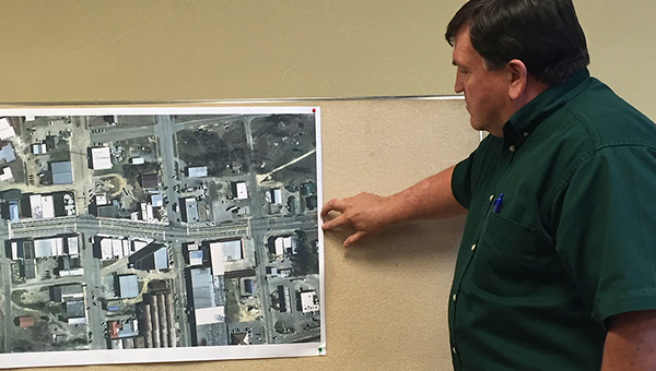 ALDOT district manager Brent Maddox explains a proposed traffic map.